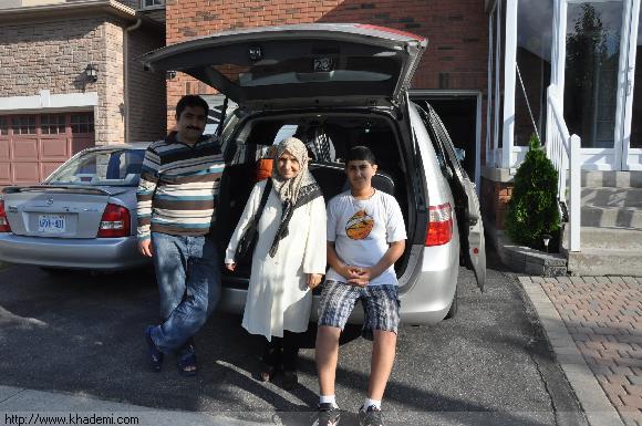 اعضای خانواده شاد به مسافرت می روند