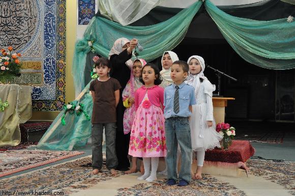 بچه ها در حال اجرای سرود